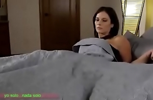 Compartiendo ague cama con madrasta (sub español)