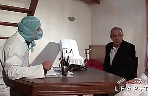 Dampen vieille mariee se fait defoncee le cul chez le gyneco en triune avec le mari