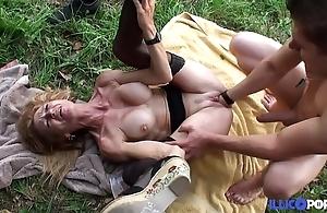Bonne cougar festival et bien mature baisée dans un champ [full video]