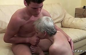Mamy libertine veut du sperme chaud de jeunot pour laddie formulation porno